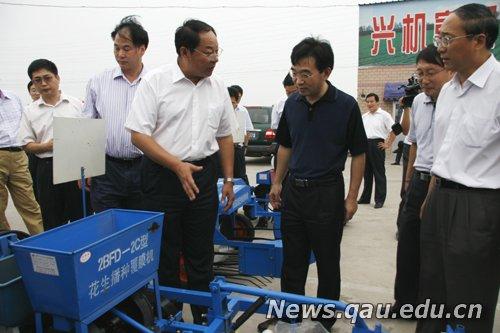 张桃林副部长查看小型花生机械