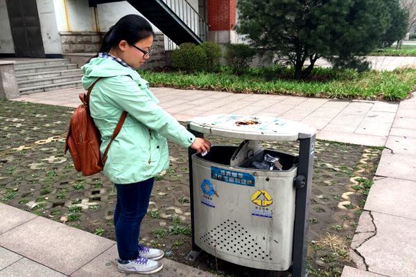 青春成长季 剪影微生活        旁边的垃圾桶空空如也,这边的垃圾桶垃